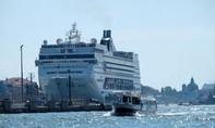 Clip tàu du lịch khổng lồ đâm vào chiếc thuyền chở du khách
