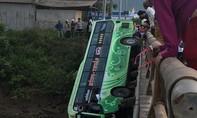 Xe giường nằm húc gãy lan can cầu rơi xuống sông, một người chết