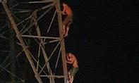 Xuyên đêm giải cứu hai anh em ruột trèo lên nóc cột điện cao thế