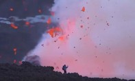 Clip du khách mạo hiểm đứng chụp hình 'tự sướng' bên miệng núi lửa