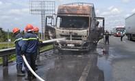 Xe tải cháy rụi trên cao tốc TP.HCM – Trung Lương