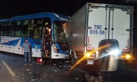 Xe tải và xe khách biến dạng sau đối đầu, hai người nguy kịch