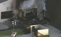 Máy bay rơi vào nhà kho ngay khi cất cánh, 10 người chết