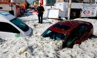 """Loạt ảnh mưa đá dày hơn 1 mét, """"nhấn chìm"""" thành phố ở Mexico"""