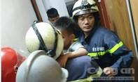Cứu 2 cháu bé kẹt trong thang máy ở Sài Gòn