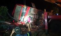 Xe khách tông xe tải rồi lật, hơn chục người thương vong