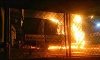 Hai xe tải cháy rụi trước cửa hàng đồ gỗ