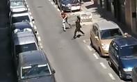 Clip kẻ tấn công cảnh sát bằng dao bị hạ gục trên phố