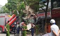 Nhà 2 tầng ở phố Hàng Bông bất ngờ đổ sập