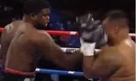 Clip võ sĩ hạng nặng tung cú đấm khiến đối thủ lao khỏi sàn đấu