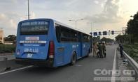 Xe buýt đổ dốc cầu tông chết người ở Sài Gòn