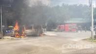 Xe 16 chỗ bốc cháy, khách thoát chết nhờ... đang đi vệ sinh