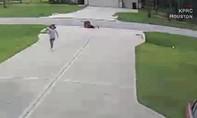 Clip chàng trai giải cứu cậu bé 6 tuổi khỏi chó pitpull hung dữ