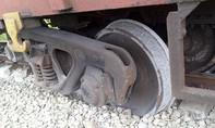 Đường sắt tê liệt gần 4 giờ vì tàu trật bánh