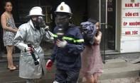 Cảnh sát đeo mặt nạ cứu bà bầu khỏi đám cháy từ tầng 4