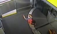 Clip bé trai gãy tay vì bị cuốn vào băng chuyền hành lý ở sân bay