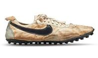 Đôi giày cũ, rách được bán với giá gần nửa triệu USD