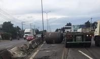 Cuộn sắt hàng chục tấn lăn từ xe đầu kéo xuống đường
