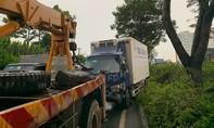 """Xe tải mất lái """"hạ gục"""" cột đèn trong cơn mưa ở Sài Gòn"""