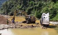 Băm nát lòng suối để khai thác cát sỏi khi làm dự án thủy điện