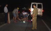 Thanh niên bị xe 16 chỗ tông chết tại đoạn đường không có đèn