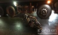 Xe ben chạy giờ cấm ở Sài Gòn, cán nát tay người đi xe máy