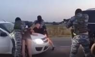 Clip màn cầu hôn 'đặc nhiệm bắt ma túy' của cặp đôi Nga gây sốt