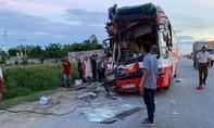 Xe chở đoàn tham quan tông xe container, 15 người thương vong