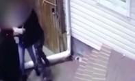 Clip bé gái 13 tuổi chống trả quyết liệt, thoát khỏi kẻ bắt cóc