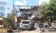 Ô tô và quán cà phê bị thiêu rụi nghi do ném bom xăng