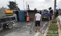 Xe ben chở đá lật nhào trên đại lộ ở Sài Gòn