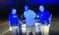 Clip cảnh sát xin lỗi thanh niên vì lầm phân chim là... cocaine