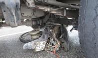 Xe tải kéo lê xe máy, người tàn tật tử nạn thương tâm