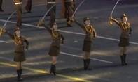 Clip đội nữ quân nhân xinh đẹp của Triều Tiên múa gươm trong lễ hội ở Nga