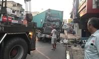 Xe container lao vào nhà dân ở Sài Gòn, giao thông ùn tắc