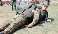 """Clip nữ quân y Việt Nam đưa """"thương binh"""" gần 100 kg khỏi """"trận địa"""""""