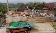 Giông lốc trước ngày bão đổ bộ đánh sập và tốc mái hơn 40 căn nhà