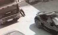 Clip tài xế 'dùng chân' ngăn xe tải va chạm với hai siêu xe