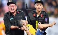 Cận cảnh CSCĐ cứu chữa CĐV nhí co giật trong trận Nam Định - HAGL