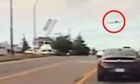 Clip máy bay Mỹ gặp sự cố phải hạ cánh khẩn cấp trên cao tốc