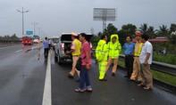 Thanh niên đi bộ giữa đường cao tốc, bị ô tô tông tử vong