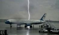 Tổng thống Mỹ ''khoe ảnh' chiếc Không lực Một suýt bị sét đánh