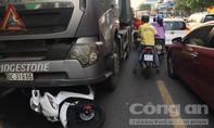 Xe đầu kéo cuốn xe máy, 2 nữ sinh thương vong