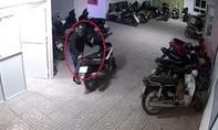 Người dân trình báo bị mất hơn 100 triệu đồng trong cốp xe máy