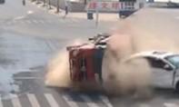 Clip tài xế thoát chết hy hữu khi va chạm với xe tải chở đá