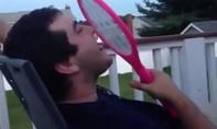Clip chàng trai nghịch dại liếm vợt bắt muỗi bị điện giật rúm người