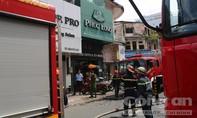 Cứu 1 phụ nữ ngất xỉu và 2 người đàn ông kẹt trong đám cháy ở Sài Gòn