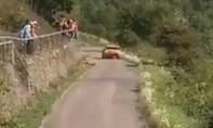 Clip khán giả văng khỏi hàng rào, suýt lăn vào xe đua chạy tốc độ cao