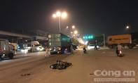 Vượt đèn đỏ, hai thanh niên bị xe container húc văng ở Sài Gòn