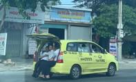 """Tài xế taxi mở cốp """"nhồi nhét"""" khách, làm xiếc trên QL1A"""